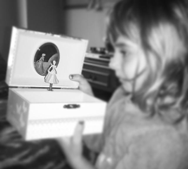 La niña y la caja de musica